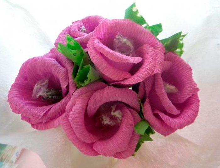 розы из гофрированной бумаги с карамелью
