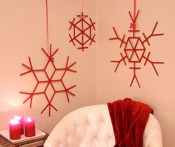 красные снежинки на стенах из палочек мороженого