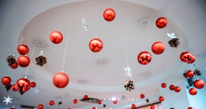 Украшение потолка на Новый год