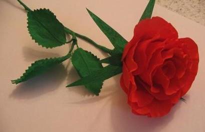 красная роза из гофрированной бумаги