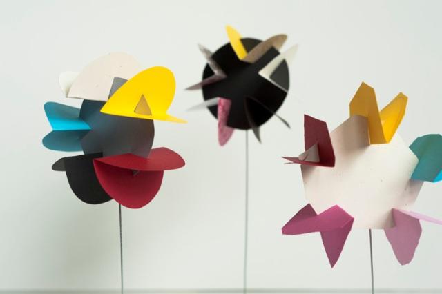 цветы из кругов бумаги на проволоке
