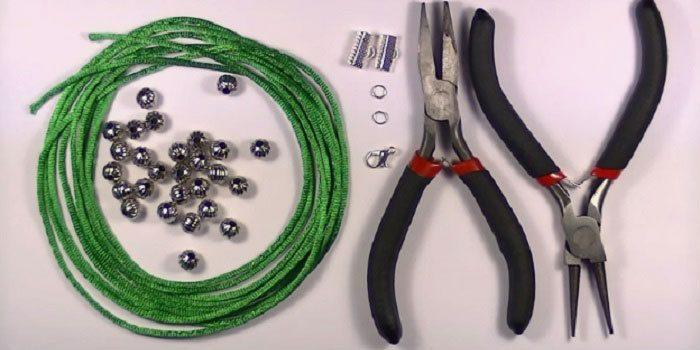 Браслет из атласных шнурков с бусинами материалы