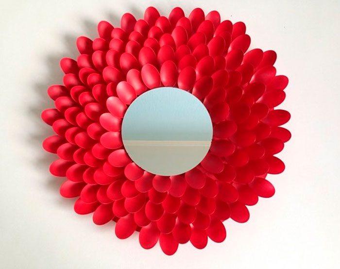 Зеркало с пластиковыми ложками