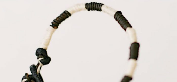 Браслет из кожаного шнурка