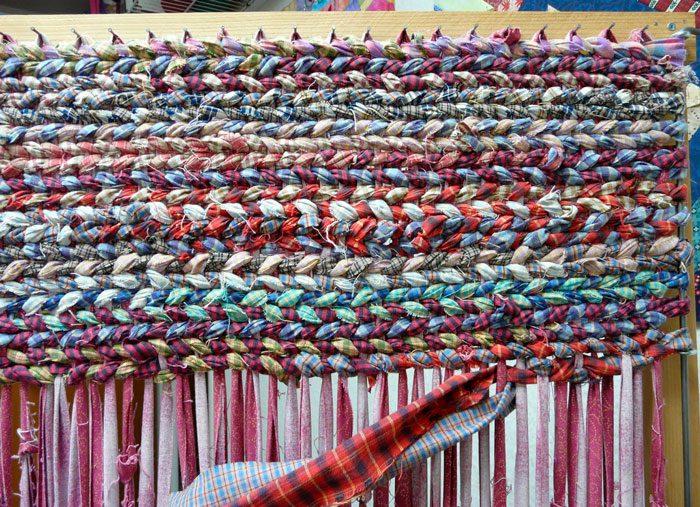 Плетёный коврик из лоскутков ткани