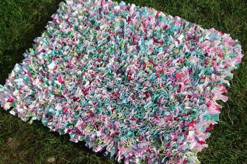 Коврик в виде травы из лоскутков ткани