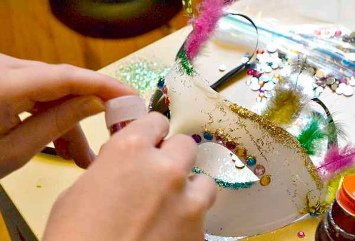 13-12-700x476 Как сделать маску из бумаги своими руками, 11 мастер-классов