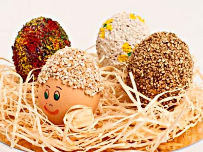 Украшение пасхальных яиц крупами