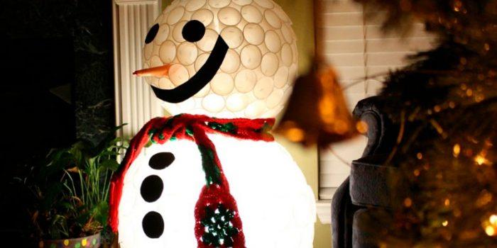 Снеговик из пластиковых стаканчиков своими руками, пошаговый мастер-класс