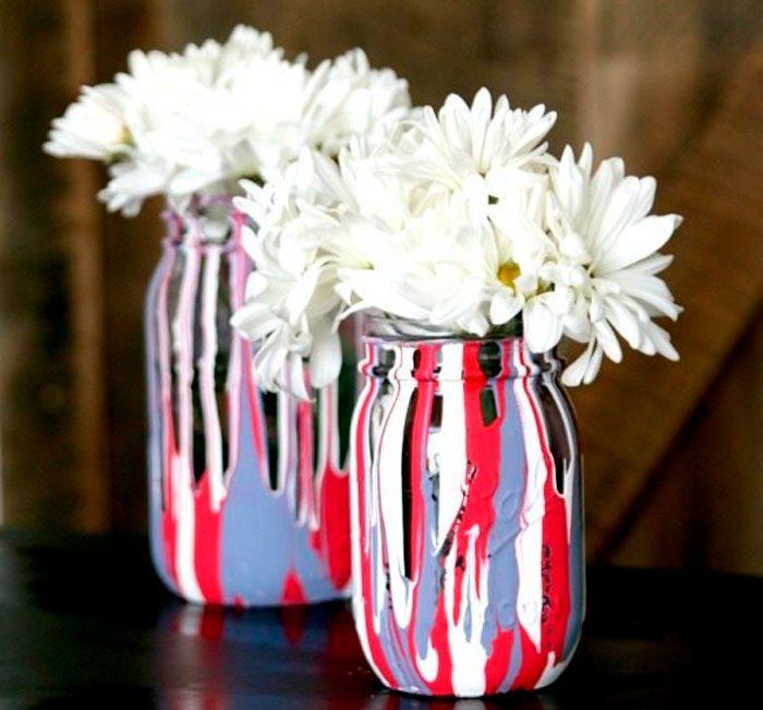 Разноцветная ваза из стеклянной банки
