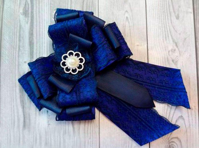 Брошь-галстук в технике канзаши