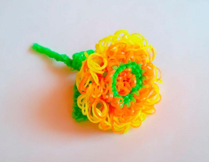 Пышный цветок из резиночек