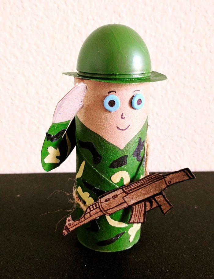 военный солдат из бумаги