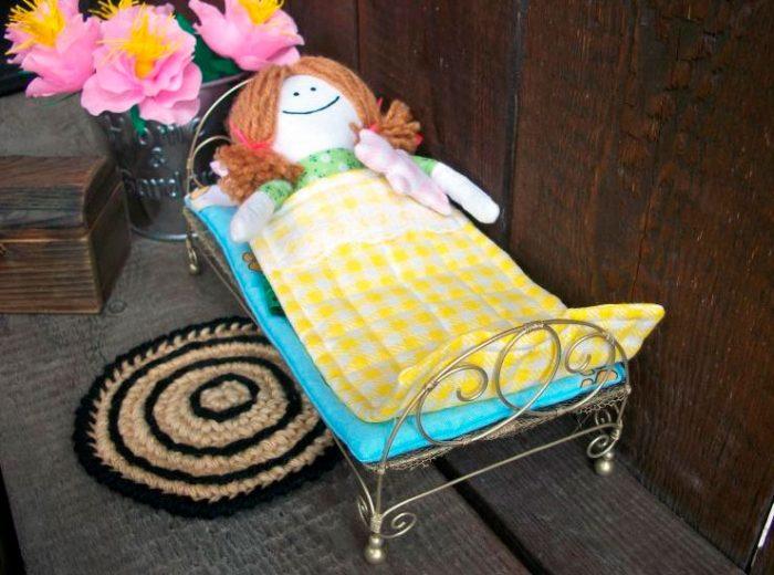 кровать из медной проволоки для куклы