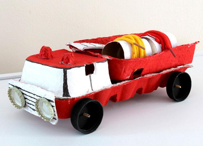 Пожарная машина из яичного лотка