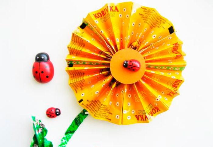 Цветок из фантиков от конфет своими руками