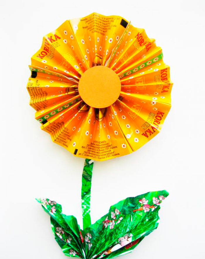 Цветок из фантиков от конфет своими руками, поделки из фантиков